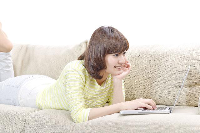 肘をつきパソコン作業をする女性