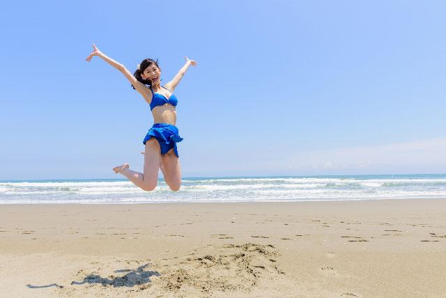 ジャンプする水着姿の女性